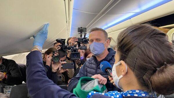 Alexey Navalny a bordo del volo che lo ha riportato in Russia - Sputnik Italia