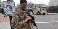 Un militare della Guardia Nazionale in una strada vicino al Campidoglio a Washington, USA