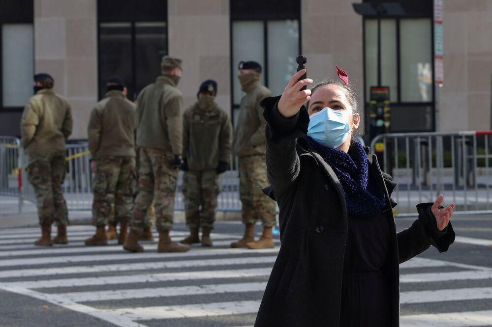 Una ragazza si fa un selfie davanti alla Guardia Nazionale a Washington, USA