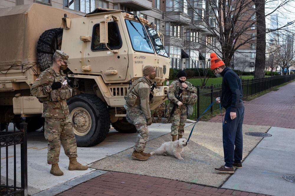 Militari della Guardia Nazionale in una strada a Washington, USA