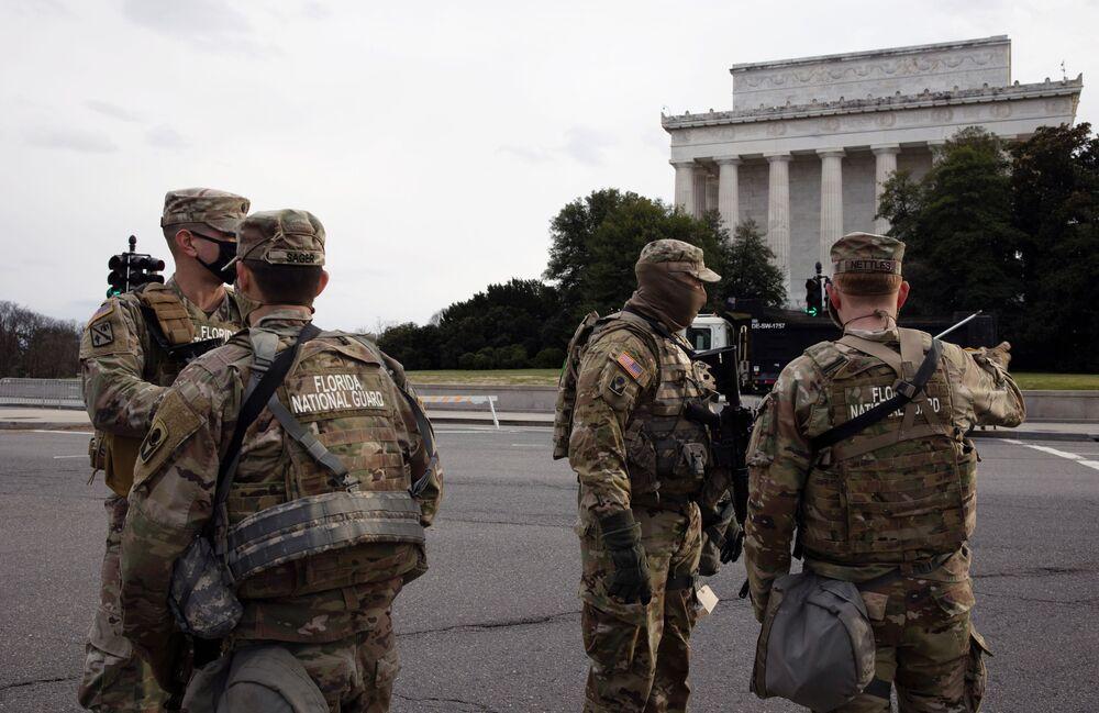 I militari della Guardia Nazionale in una delle strade vicino al Campidoglio a Washington, USA