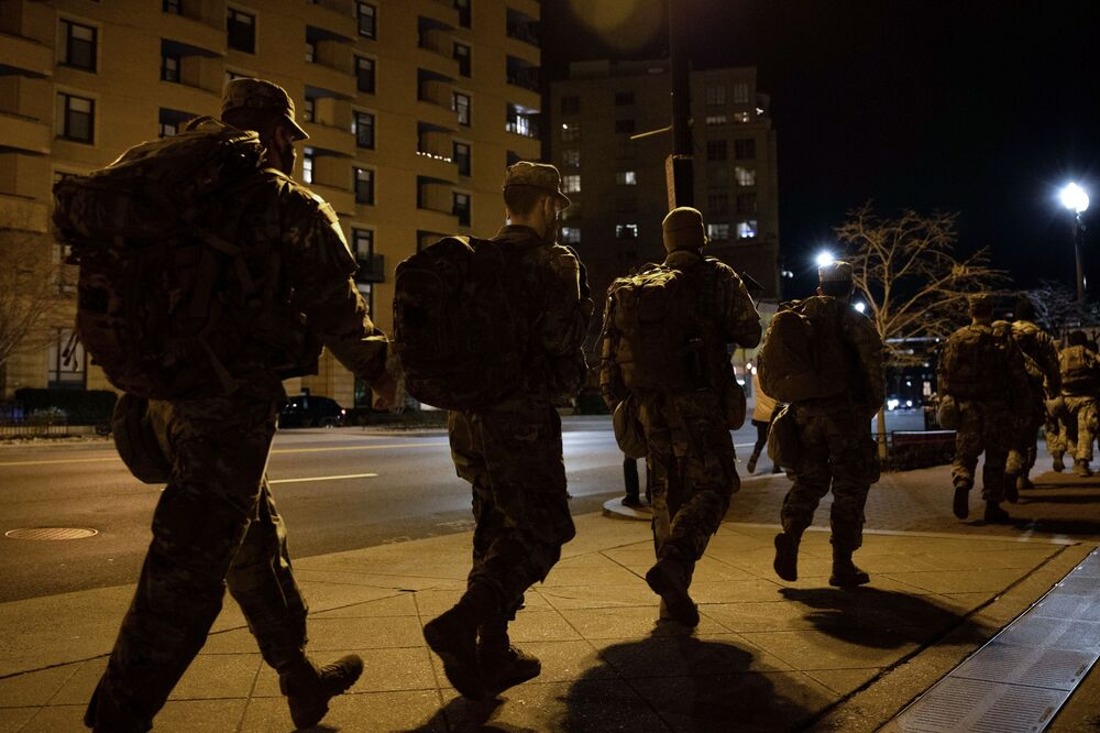 La Guardia Nazionale in una delle strade vicino al Campidoglio a Washington in vista dell'inaugurazione del presidente eletto degli Stati Uniti Joe Biden il 20 gennaio 2021