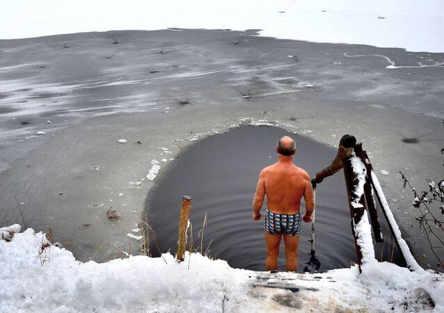 Coronavirus in Russia - bagno nell'acqua ghiacciata, inverno 2020/2021