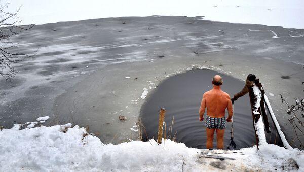 Coronavirus in Russia - bagno nell'acqua ghiacciata, inverno 2020/2021 - Sputnik Italia