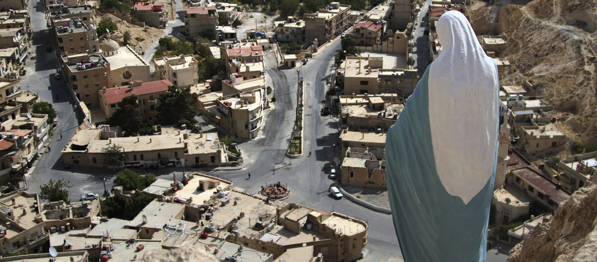 In this photo taken on Sunday, Oct. 18, 2015, a statue of the Virgin Mary overlooks the village of Maaloula, north of Damascus, Syria - Sputnik Italia, 1920, 18.01.2021