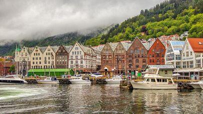 Bergen è una città situata sulla costa sud-ovest della Norvegia. È circondata da montagne e fiordi, tra cui il Sognefjord, il più lungo e profondo di tutto il Paese.
