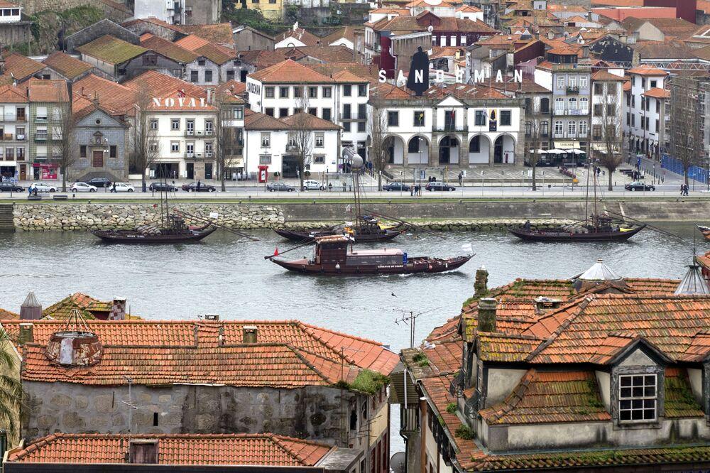 Porto è una città sulla costa nel nord-ovest del Portogallo, nota per i suoi grandi ponti e la produzione del vino porto