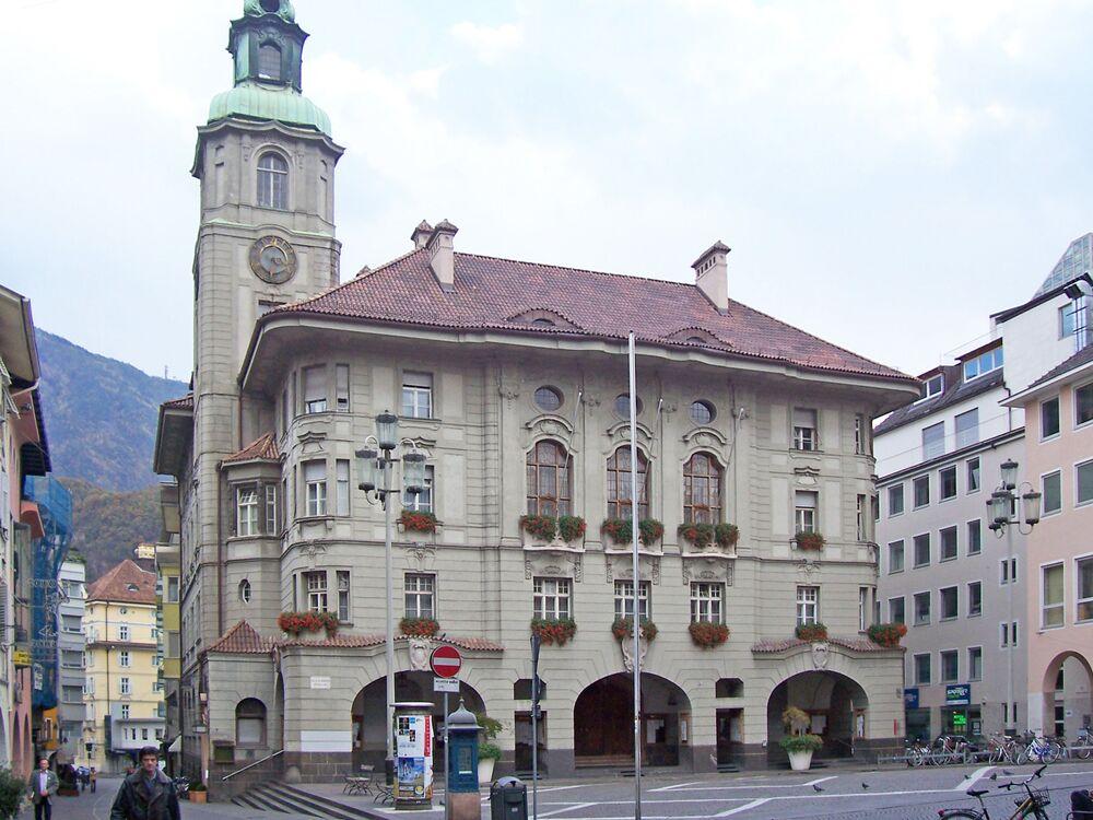 Bolzano è il capoluogo dell'omonima provincia autonoma italiana del Trentino-Alto Adige ed è situata in una valle al centro di colline ricche di vigneti