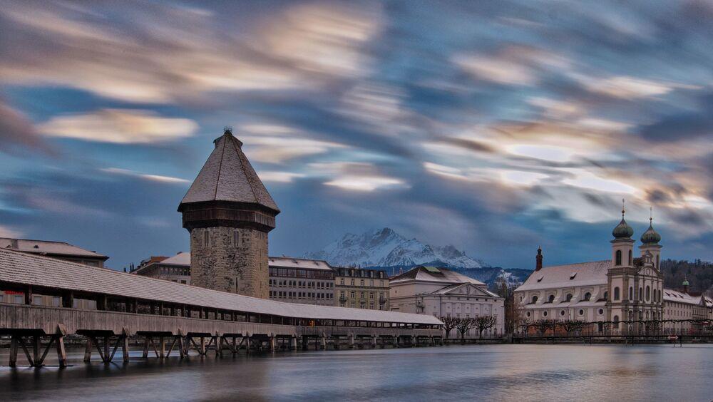 Lucerna, piccola città svizzera nota per l'architettura medievale ben conservata, sorge sulle sponde del Lago di Lucerna, tra montagne innevate