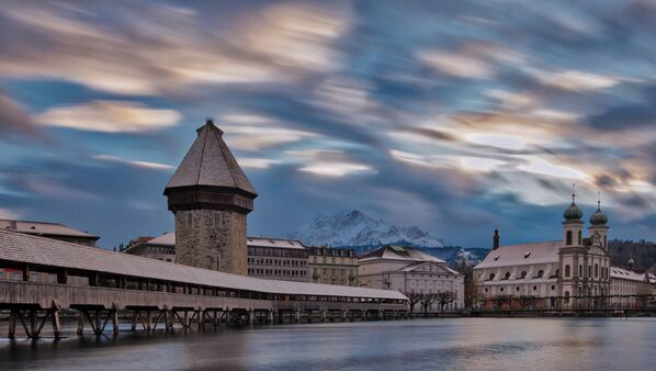Lucerna, piccola città svizzera nota per l'architettura medievale ben conservata, sorge sulle sponde del Lago di Lucerna, tra montagne innevate - Sputnik Italia