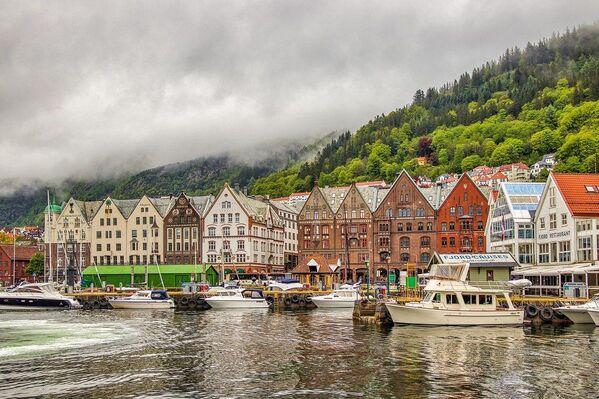 Bergen è una città situata sulla costa sud-ovest della Norvegia. È circondata da montagne e fiordi, tra cui il Sognefjord, il più lungo e profondo di tutto il Paese. - Sputnik Italia