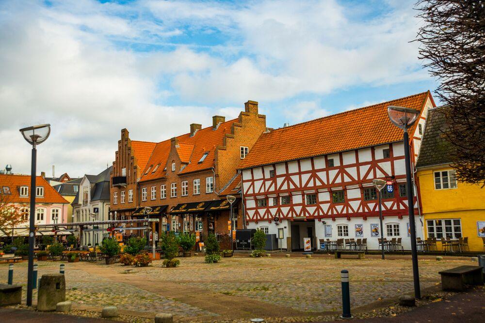 Aalborg è una città della Danimarca, la quarta per popolazione dopo Copenaghen, Århus e Odense