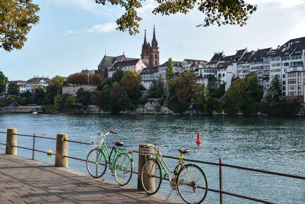Basilea è una città sul fiume Reno nella parte nord-ovest della Svizzera, nei pressi dei confini con la Francia e la Germania