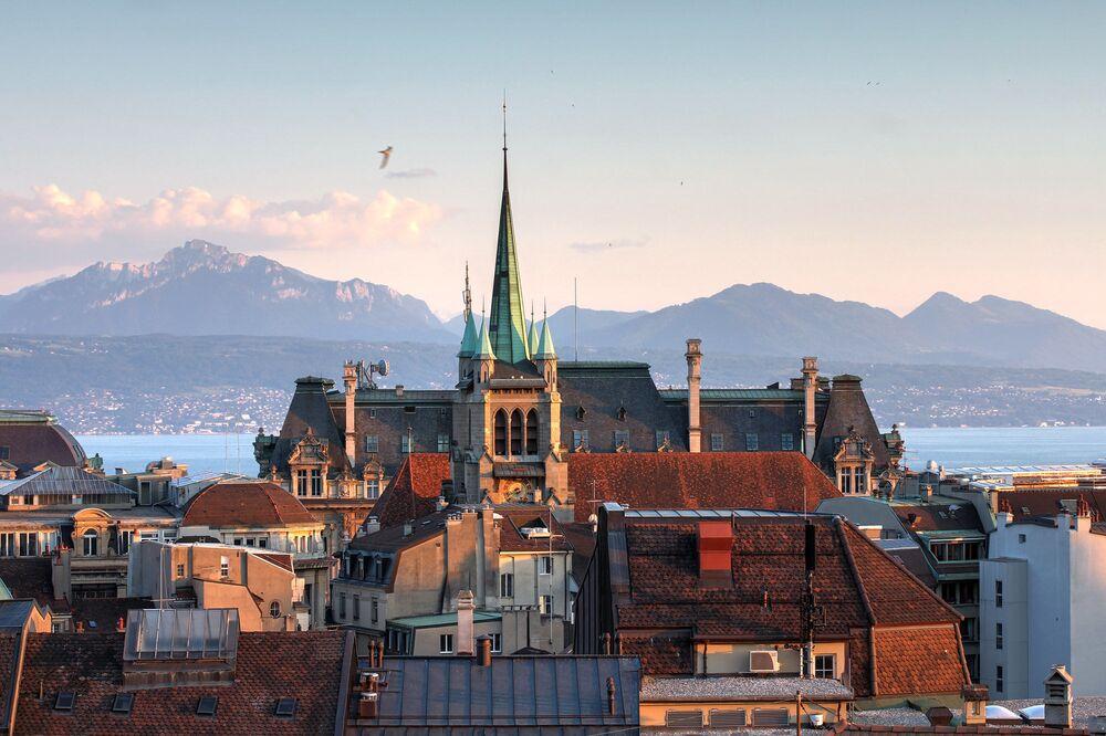 Losanna è una città sul Lago di Ginevra, nel cantone di lingua francese del Vaud, in Svizzera