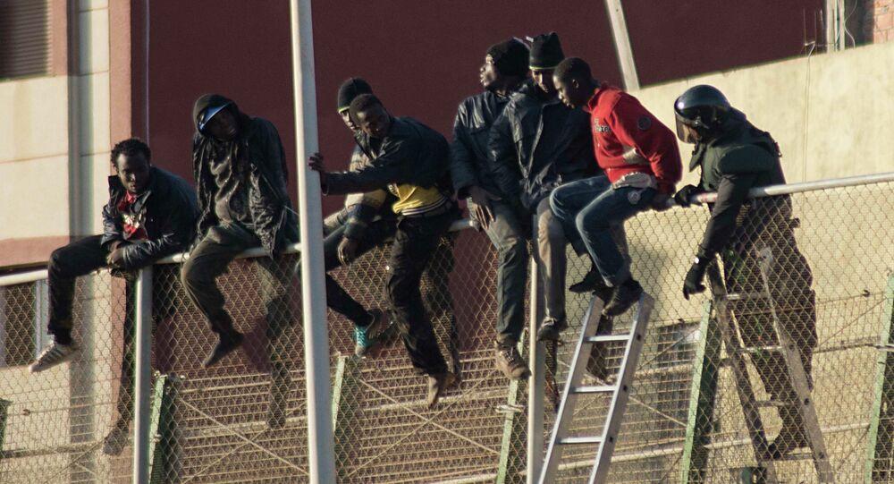 Migranti africani tentano di attavarsare il confine tra Marocco e Spagna a Melilla