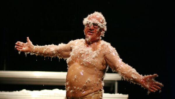 El bufón Leo Bassi, durante la representación de su obra '¡Pandemia! El acojonavirus' - Sputnik Italia