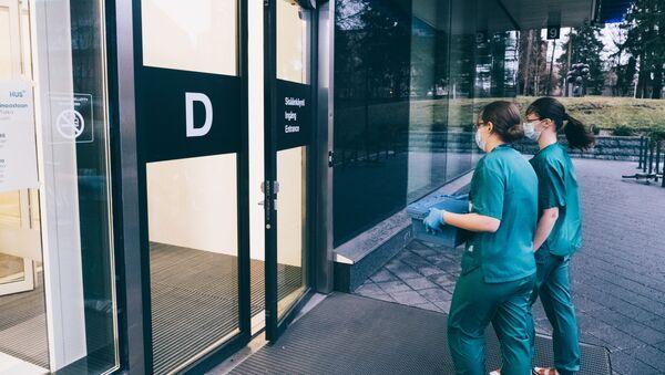 Due operatrici sanitarie portano dosi del vaccino anti-Covid - Sputnik Italia