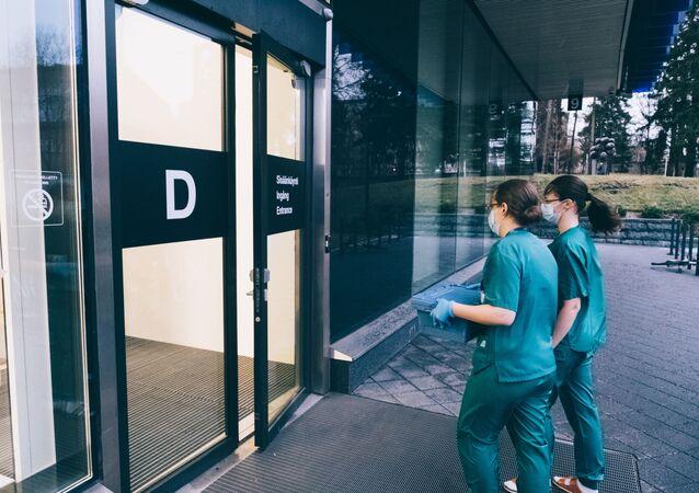 Due operatrici sanitarie portano dosi del vaccino anti-Covid