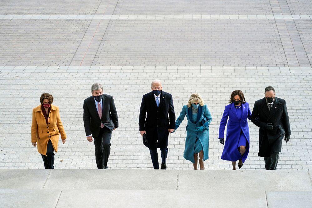 Il presidente eletto degli Stati Uniti Joe Biden, sua moglie Jill, il vicepresidente Kamala Harris, suo marito Doug Emhoff, il senatore Roy Blunt e la senatrice Amy Klobuchar arrivano per l'inaugurazione di Biden a Washington,  il 20 gennaio 2021