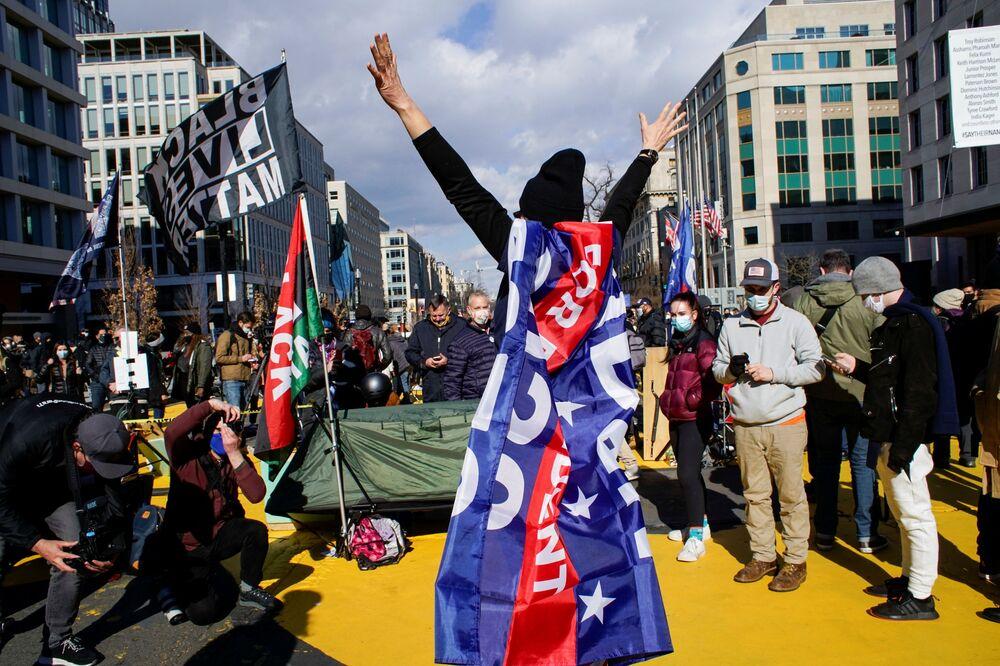I sostenitori di Joe Biden festeggiano la sua inaugurazione a Washington