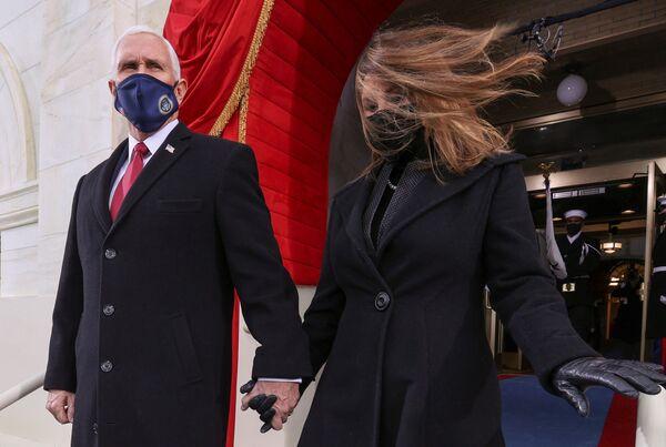 Il vicepresidente degli Stati Uniti Mike Pence e sua moglie Karen arrivano all'inaugurazione di Joe Biden - Sputnik Italia