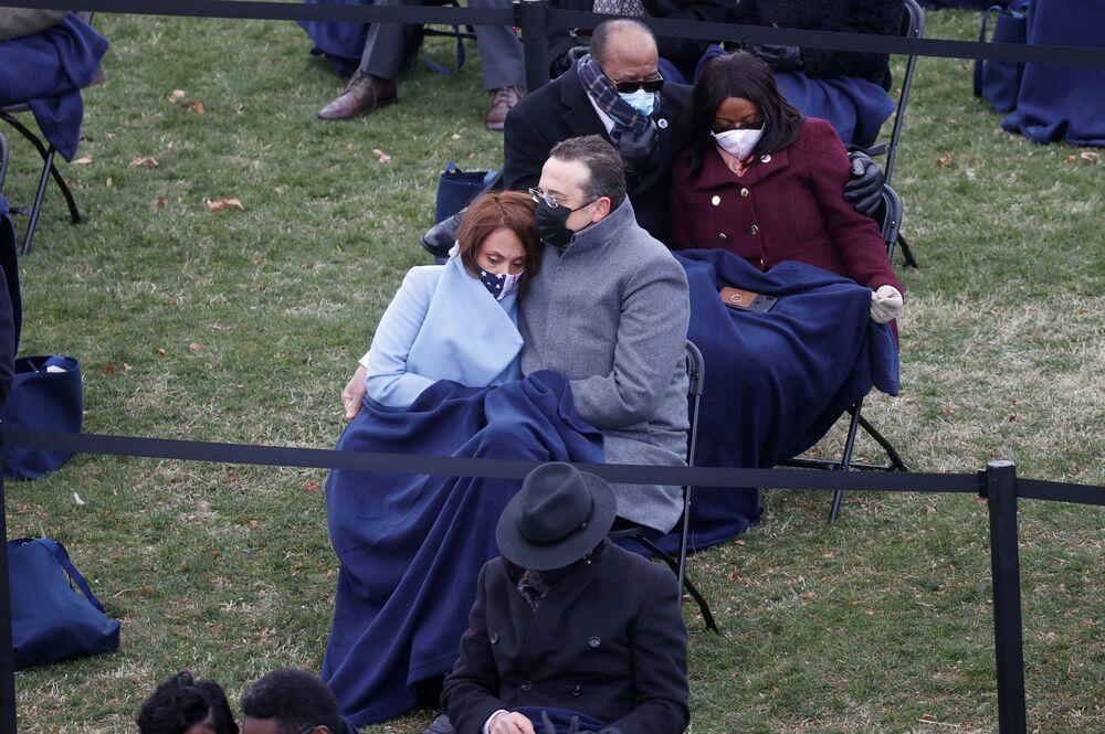 Le persone guardano l'inaugurazione di Joe Biden