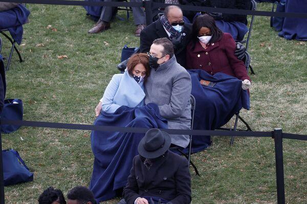 Le persone guardano l'inaugurazione di Joe Biden - Sputnik Italia