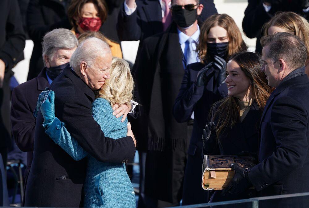 Joe Biden abbraccia sua moglie Jill prima dell'inaugurazione