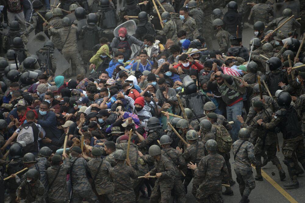 Scontri tra migranti honduregni e forze di sicurezza del Guatemala