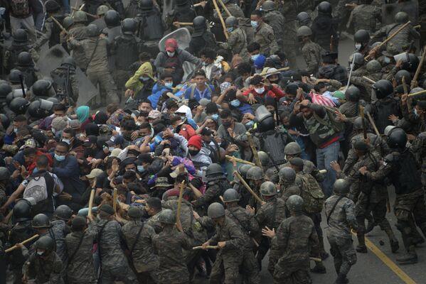Scontri tra migranti honduregni e forze di sicurezza del Guatemala - Sputnik Italia