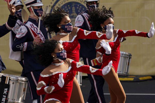 La Howard University Showtime Orchestra si esibisce in vista della parata dell'inaugurazione di Joe Biden a Washington, USA - Sputnik Italia