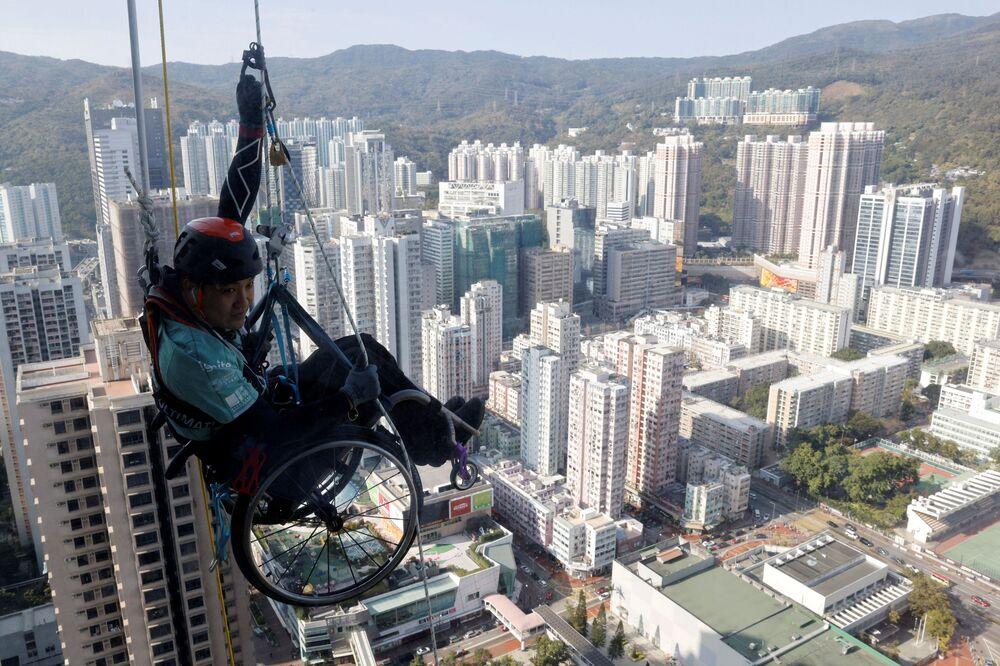 Lai Chi-wai è paralizzato da dieci anni. Ma non si è voluto porre limiti, non ha lasciato il suo sport ed è riuscito a realizzare un'impresa straordinaria: scalare i 250 metri della Torre Nina di Hong Kong in sedia a rotelle.