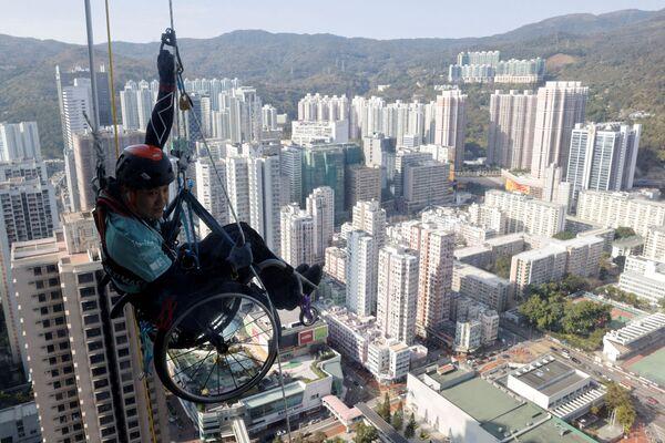 Lai Chi-wai è paralizzato da dieci anni. Ma non si è voluto porre limiti, non ha lasciato il suo sport ed è riuscito a realizzare un'impresa straordinaria: scalare i 250 metri della Torre Nina di Hong Kong in sedia a rotelle. - Sputnik Italia