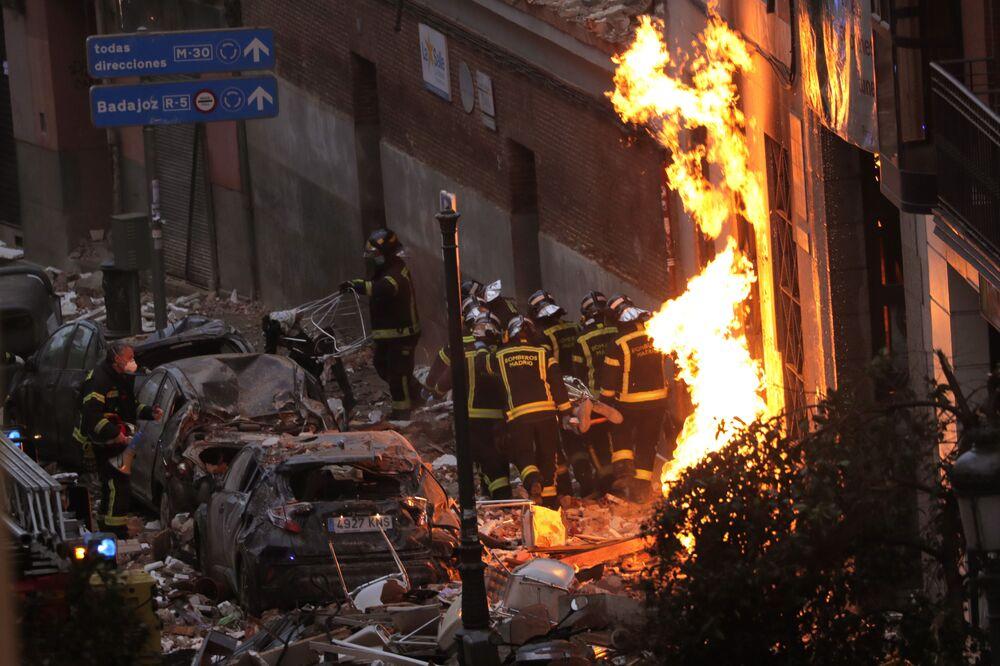 I vigili del fuoco nel centro di Madrid, dove è avvenuta un'esplosione in una delle case