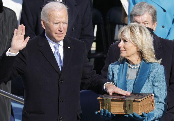 Il presidente eletto degli Stati Uniti Joseph Biden con la moglie Jill Biden durante l'inaugurazione  - Sputnik Italia