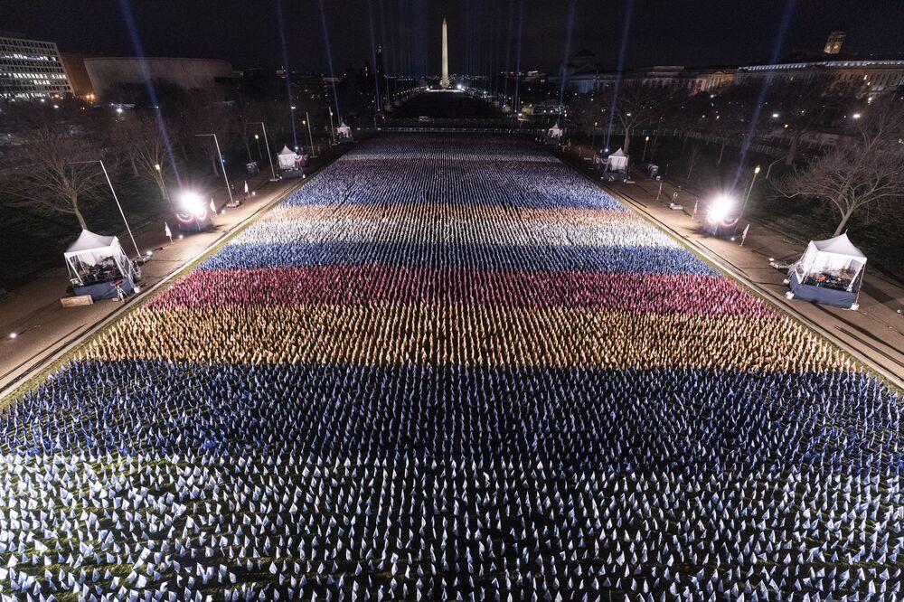Bandiere di fronte al Monumento a Washington in onore dell'inaugurazione del presidente eletto Joe Biden, USA
