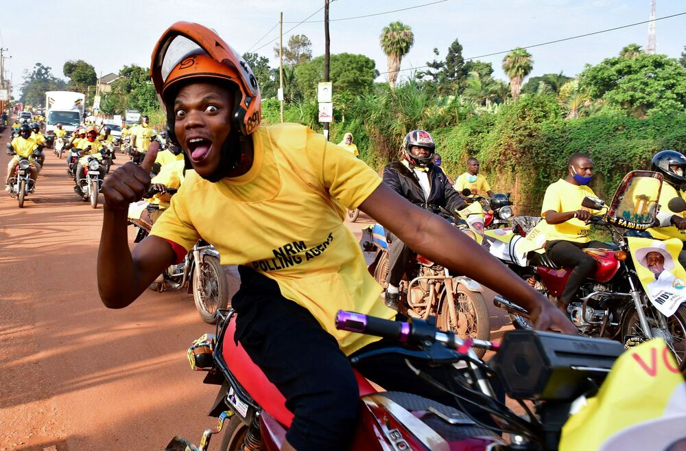 I sostenitori del Partito del Movimento di Resistenza Nazionale dell'Uganda celebrano la vittoria del Presidente Yoweri Museveni alle elezioni generali a Kampala