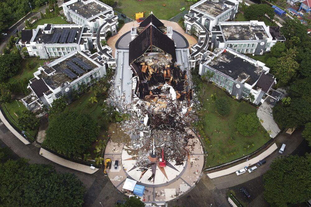 Un edificio governativo distrutto dopo il terremoto a Mamuju, Indonesia