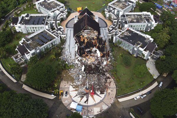 Un edificio governativo distrutto dopo il terremoto a Mamuju, Indonesia - Sputnik Italia
