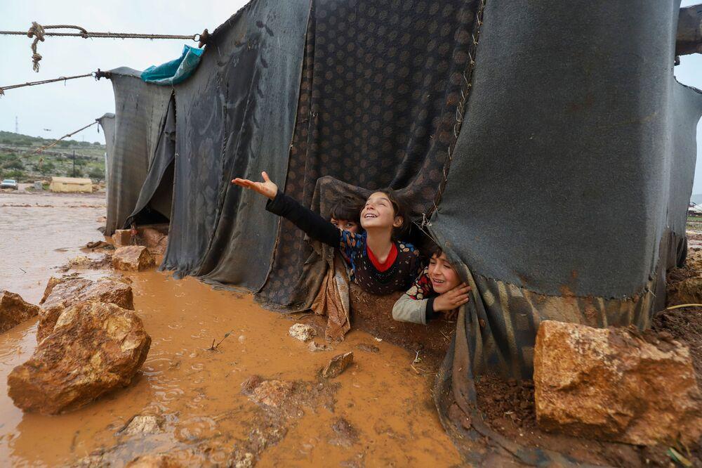 Bambini nel campo profughi di Umm Jurn nella provincia siriana di Idlib