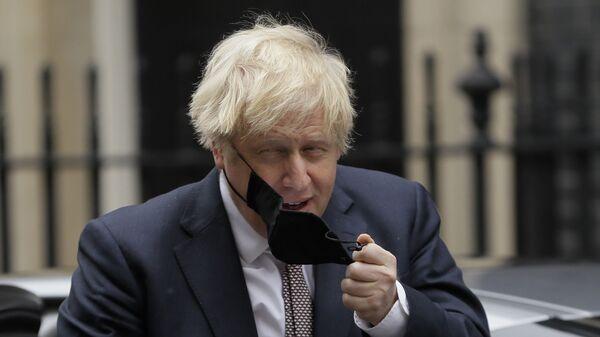 Премьер-министр Великобритании Борис Джонсон снимает маску - Sputnik Italia