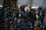 Una donna e gli agenti della polizia nel corso delle proteste non autorizzate a sostegno di Navalny