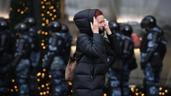 Una donna e gli agenti della polizia nel corso delle proteste non autorizzate a sostegno di Navalny a Mosca - Sputnik Italia