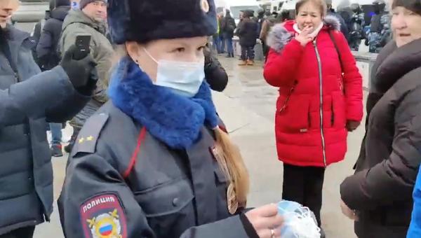 Poliziotta a Mosca distribuisce mascherine ai manifestanti - Sputnik Italia