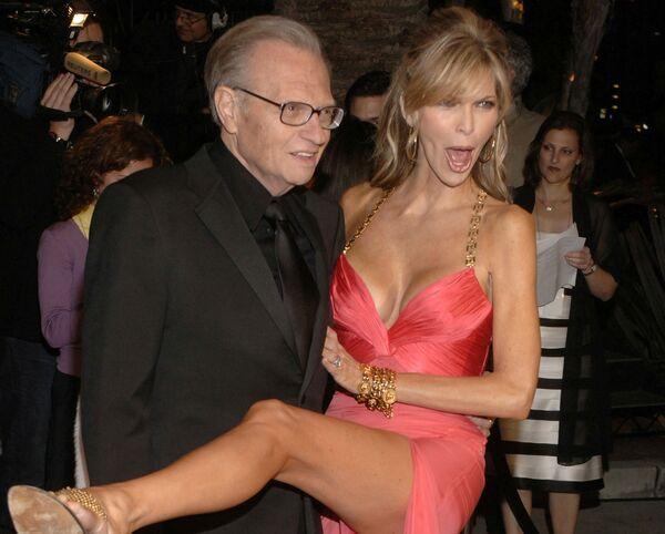 Larry King e sua moglie Shawn arrivano alla festa Vanity Fair Oscar Party, California, USA, 2006.  - Sputnik Italia