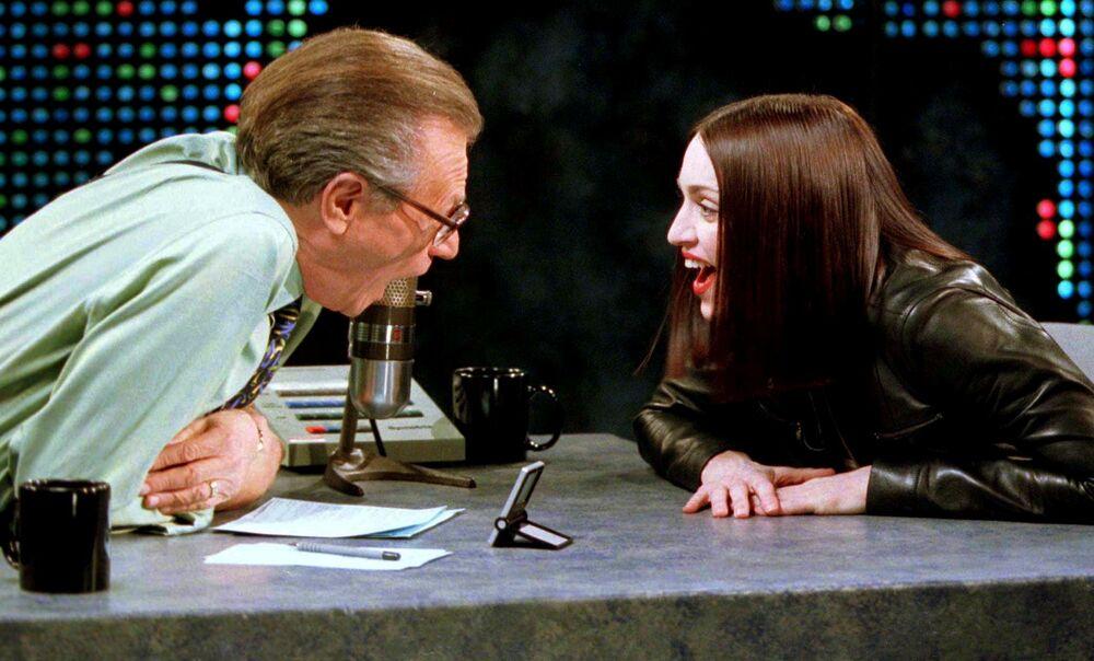 Il conduttore televisivo Larry King  e cantautrice e attrice statunitense Madonna nel corso delle riprese del talk show Larry King Live a New York, 1999