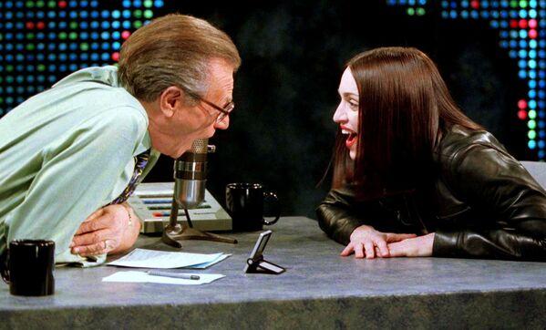 Il conduttore televisivo Larry King  e cantautrice e attrice statunitense Madonna nel corso delle riprese del talk show Larry King Live a New York, 1999 - Sputnik Italia