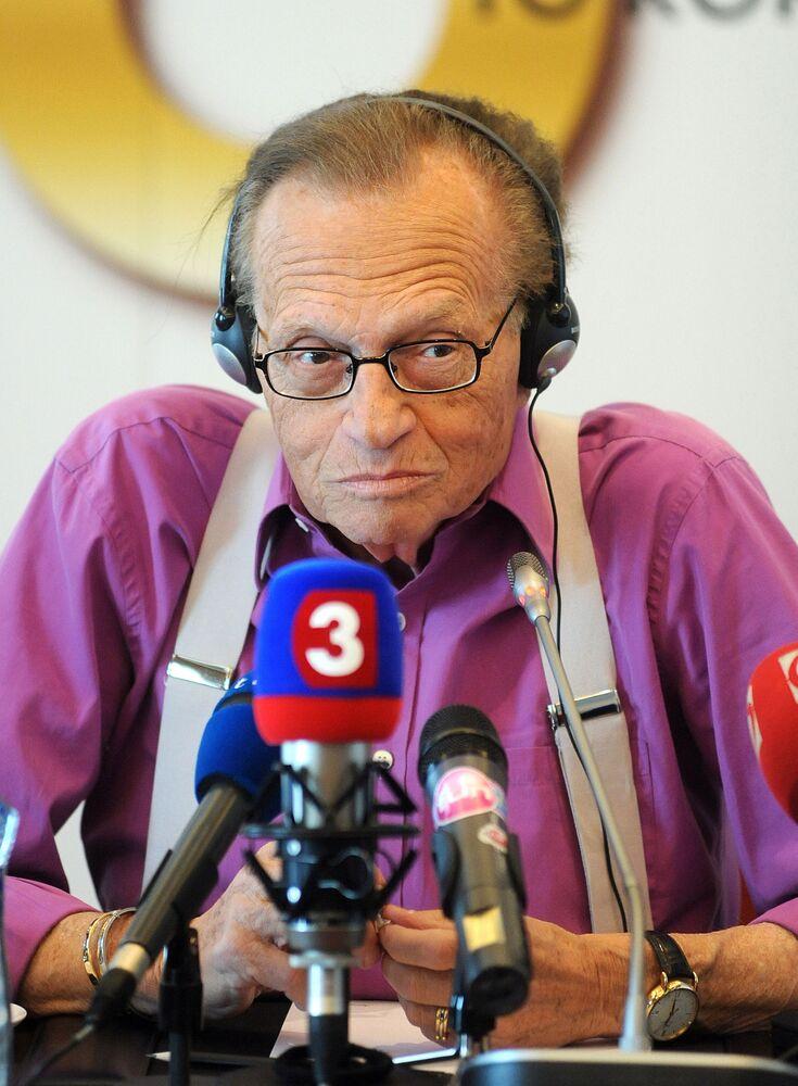 Il conduttore televisivo Larry King  risponde alle domande dei giornalisti durante la conferenza stampa a Bratislava, Slovacchia.