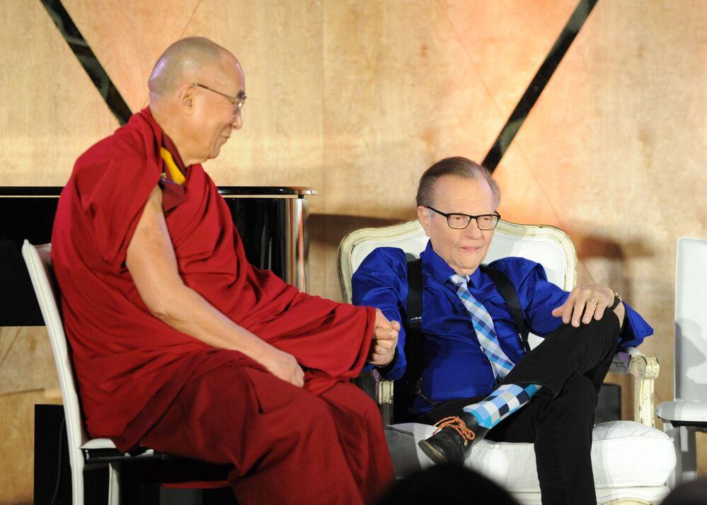 Il XIV Dalai Lama e il conduttore televisivo Larry King in un centro scientifico a Los Angeles, California, 2014.