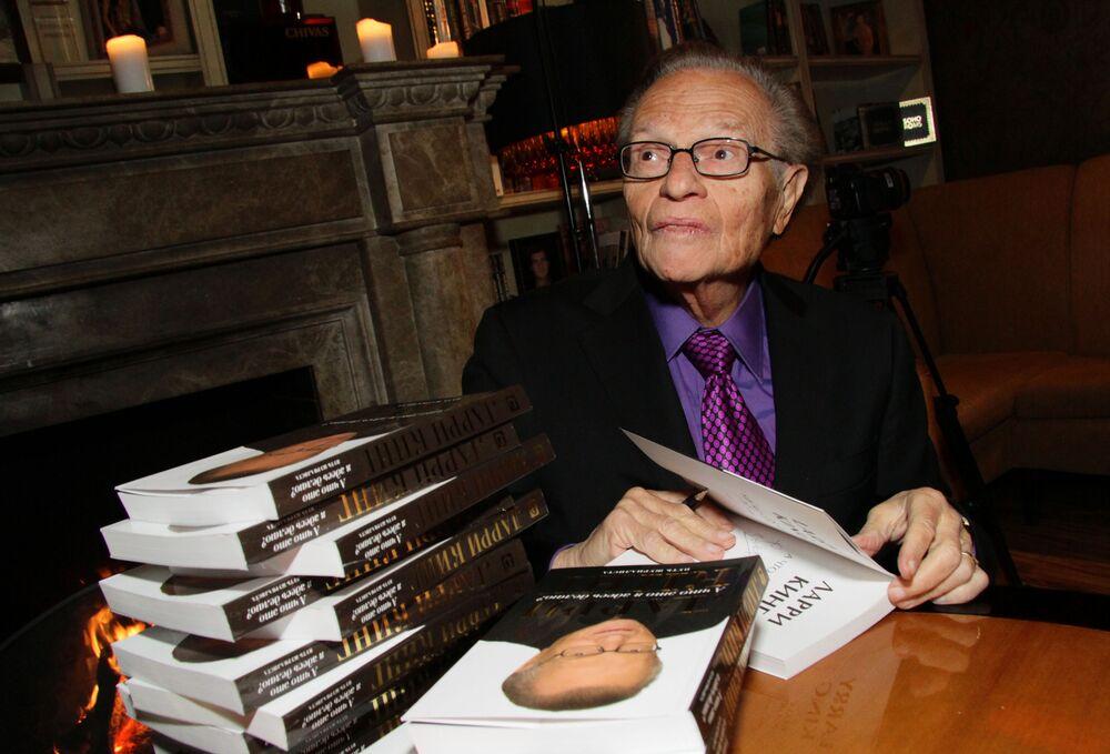 Il conduttore televisivo Larry King fa autografi in un club Sono prima dell'intervista a Mosca, 2011.